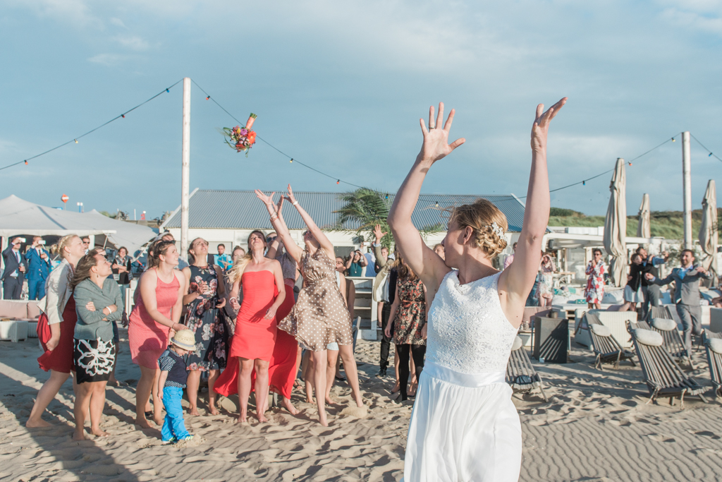 Throwing the bouquet: Beach wedding photography The hague