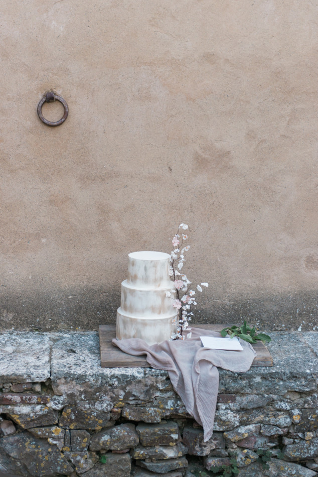 Pastel wedding cake by Tuscan wedding cakes, styled by honey and cinnamon wed in Tuscany in Italy