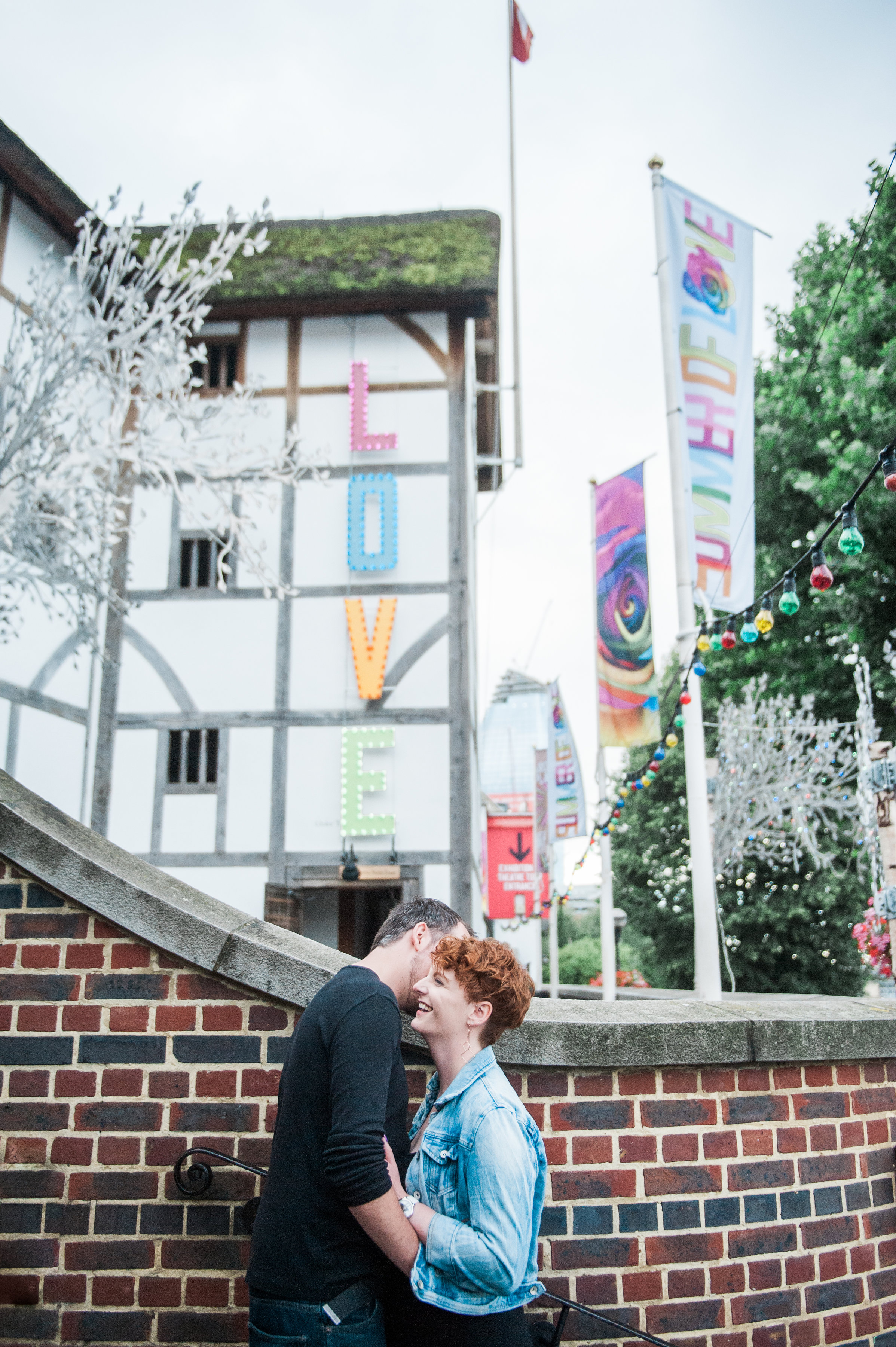 Love shoot in front of Shakespeare's The Globe