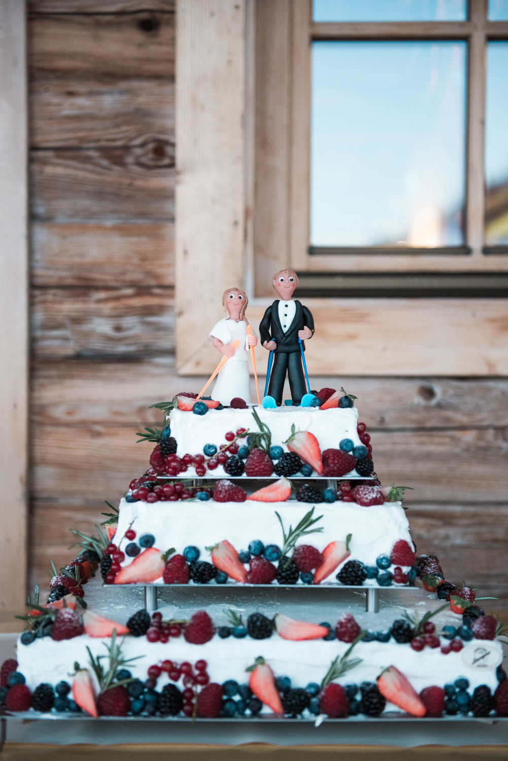 A ski themed wedding cake at a winter wedding in Austria