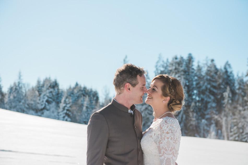 Bruidspaar op hun winterbruiloft in Oostenrijk