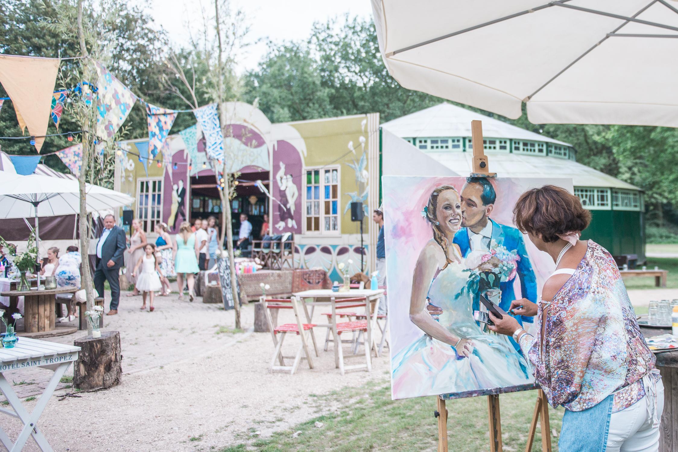 Elma van 't Hof of Live Paint painting live at a wedding at Kampeerterrein de Lieveling