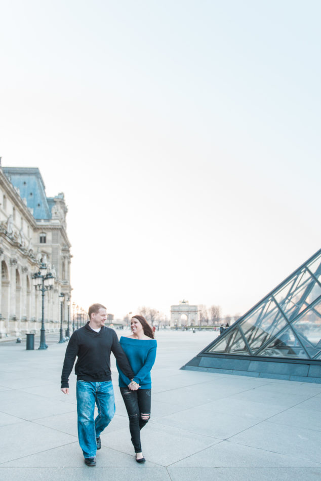 Paris photographer captures a in love couple at the Louvre