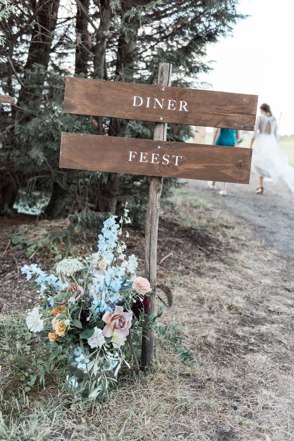Wedding signage by Kellygrafie and floral installation by Edenique Floral Design